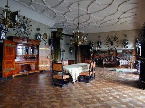 С XV века замок и поместье множество раз меняли собственников, в 1754—1942 годах ими владел род Ауэршперг.
